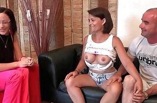 Casting couple amateur avec une milf aux gros seins entrain de pomper son mec xxx tube video