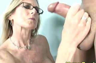 Jacking off loving cougar gives handjob xxx tube video